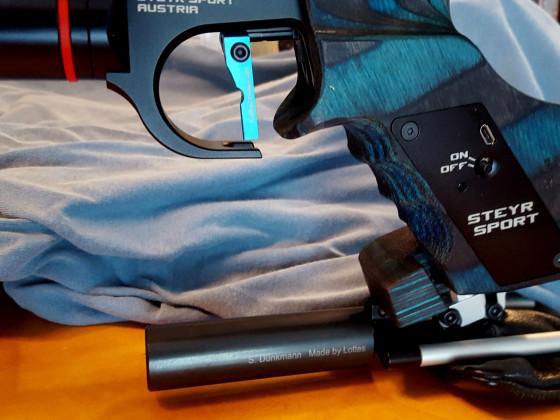 Steyr EVO 10 mit FWB-Auflage am Rink-Griff mit Zusatzgewicht von HDR für Walther LP 500